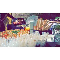 El sábado pasado por la noche estuvimos de boda con nuestro #showcooking oriental-fusión #tuotracocina #catering #eventos #eventosdiferentes #sushi #wok #japo #maki #dimsum #sashimi #tataki #noodles #niguiri #oniguiri #gyoza #chef #chefwithtattooes #bodas #boda #wedding  #tattooedchef #instafood #foodlover #foodies #instamoment #instapic #igers #igerssevilla by tuotracocina
