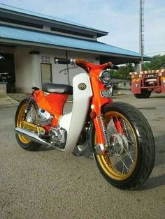 Untitled Honda Scooters, Motos Honda, Honda Bikes, Custom Moped, Custom Bikes, Honda Custom, Honda Cub, Moto Bike, Motorcycle Bike