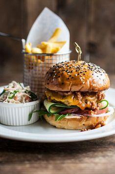 5 Hamburger Recipes to Make Your Tongue Dancing hamburgerrecipe hamburger Pub Food, Cafe Food, Gourmet Burgers, Good Food, Yummy Food, Cooking Recipes, Healthy Recipes, Eat Healthy, Hamburger Recipes