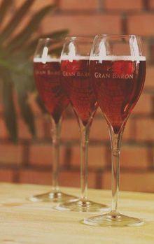8 lekkere cocktails met cava CAVA FRAMBUESA    Ingrediënten:  • Crème de Framboise  • 1 fles Gran Barón Brut  Bereidingswijze:  1. Doe een scheutje van de Crème de Framboise in een glas  2. Vul aan met gekoelde cava Prosecco Cocktails, Cocktail Drinks, Alcoholic Drinks, Beverages, Limoncello, Bloody Mary, Gin, Red Wine, Wine Glass