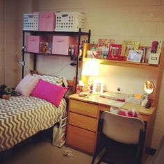 Such a standard dorm room, nothing exceptionally unique about it, but somehow it's incredibly attractive in its simplicity and organization.