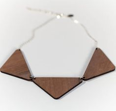 Collier triangles en bois de noyer découpé au laser. Walnut wood laser cut necklace.  #kissmezombie #lasercut #wood #walnut #necklace #handmade #madeinfrance #découpé au laser #bois #noyer #collier