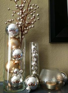 decoração de ano novo vasos com bolas metálicas