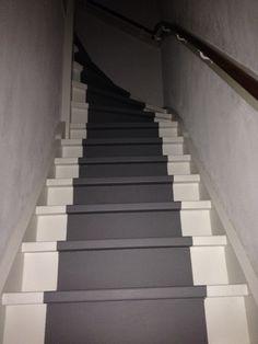 Grijze traploper geschilderd op witte trap Painted grey stair runner on white staircase