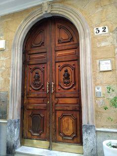 Con la foto de esta puerta,te muestra el poderío y señorío que tenía Cádiz en el siglo XVIII. Cadiz, Home Decor, 18th Century, Windows, Buildings, Doors, Cities, Viajes, Art