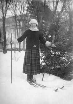 ski – The Invisible Agent Vintage Ski, Vintage Ladies, Vintage Winter, Vintage Magazines, Vintage Photos, Cabin Christmas Decor, Ski Lodge Decor, Ski Posters, Winter Images