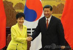中国・北京(Beijing)の人民大会堂(Great Hall of the People)で、共同声明を発表し握手を交わす韓国の朴槿恵(パク・クネ、Park…