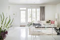 Olohuoneen vaalea sohva on Interfacen Mango. Jalkalamppu on Ikean 365-sarjasta. Eeva päätti panostaa laatuun jo opiskeluaikana ja osti Marcel Breuerin suunnittelemat Wassily-tuolit. Puulattia on maalattu Tikkurilan vanhan ajan värikartan sävyllä 133C.