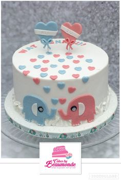 Gender reveal taart / cake, gevuld met gekleurde meringue creme. Decoratie met lieve olifantjes en hartjes. Hij of zij, wat denk jij?
