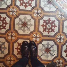 Arabesques fantastiques. #lecarrelagedepaule  #ihavethisthingwithfloors #tileaddiction #fromwhereistand #tiles #passioncarrelage #chaoqueeupiso #paris #explore #liveauthentic #vsco #vscocam by paule_henriette