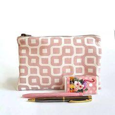 Bekijk dit items in mijn Etsy shop https://www.etsy.com/nl/listing/583363070/roze-etui-schooletui-voor-pennen-of