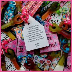 Verhuistraktatie.  Een huisje met 2 snoepsleutels en een gedichtje. Dag school! #verhuizen#gedichtje#trakteren#afscheid Wil je dit zelf maken? Stuur even een mailtje voor de templates!
