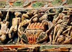 """Colegiata de Toro Zamora Pórtico de la Majestad, última arquivolta, derecha de la imagen. Según Wiki: """"A la izquierda de Cristo se escenifica, entre otras, a los condenados marchando en hilera hacia el infierno conducidos por dos diablos, una escena que remite a las prácticas de los aquelarres, y varias representaciones de pecadores sometidos a castigos horribles."""" Free Standing Sculpture, Green Man, Interesting Faces, Visual Arts, Medieval, Gothic, Weird, History, Painting"""
