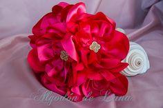Flores de tela, para hacer un ramo de flores para novias originales únicas. en fuerte fuxia enmarcadas en botón dorado turco Por siempre jamás algodondeluna@gmail.com o 606619349