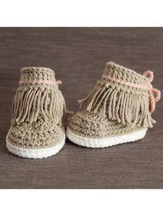 Make a cute pair of baby shoes. Baby Moccasins -Favorite Baby Shoes Crochet Patterns - Adorable - A More Crafty Life Baby Patterns, Knitting Patterns, Crochet Patterns, Knitting Ideas, Cute Baby Shoes, Crochet Baby Shoes, Baby Sneakers, Basic Crochet Stitches, Baby Booties