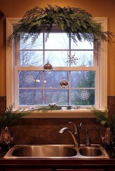 Such a beautiful simple christmas kitchen window! I love the Decor Christmas Time Is Here, Noel Christmas, Country Christmas, Simple Christmas, All Things Christmas, Winter Christmas, Christmas Crafts, Christmas Windows, Elegant Christmas