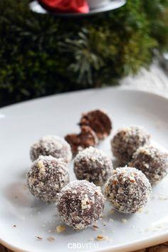 Zutaten: ✔120g Schokolade ✔120g Datteln ✔20g Hanfsamen ✔40g Kokosflocken ✔ 30g Haselnüsse gemahlen ✔½ kl. Flasche Rum Aroma ✔8 Tropfen CBD Öl 5% 🍫 Zubereitung: Die entsteinten Datteln in einer Küchenmaschine zerkleinern. Nebenbei die Schokolade im warmen Wasserbad zum Schmelzen bringen und 8 Tropfen CBD Öl 5% untermischen. Alle Zutaten zusammenfügen und zu einem Teig verkneten. Diesen etwa 20 Minuten rasten lassen. Aus dem Teig ca. 30 Kugeln rollen und diese in gemahlenen Nüssen wälzen 🎄 Cookies, Desserts, Food, Hemp Seeds, Coconut Flakes, Chocolate, Crack Crackers, Tailgate Desserts, Postres