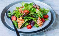 Salat med asparges, laks og jordbær Asparagus Salad, Strawberry Recipes, Tuna, Cobb Salad, Salmon, Fish, Meat, Ethnic Recipes, Strawberries