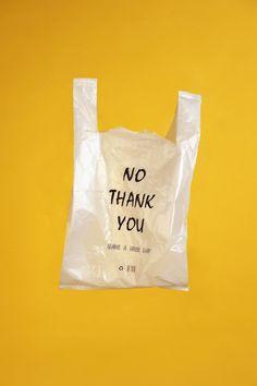 La bolsa de plástico tiene palabras.