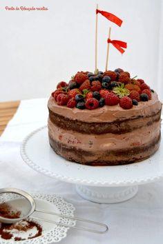 Nacked cake de chocolate e frutos vermelhos com creme de mascarpone e chocolate - http://gostinhos.com/nacked-cake-de-chocolate-e-frutos-vermelhos-com-creme-de-mascarpone-e-chocolate/