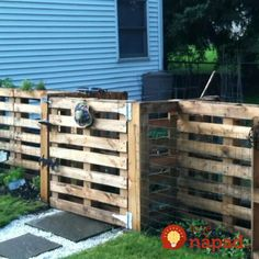 Pallet Fence Ideas to Improve Your Amazing Home Pallet garden - love it! Or use as an enclosure for smaller livestock or pets.Pallet garden - love it! Or use as an enclosure for smaller livestock or pets. Wood Pallet Fence, Diy Fence, Backyard Fences, Wooden Pallets, Fence Ideas, Fence Gate, Brick Fence, Cedar Fence, Pallet Gate