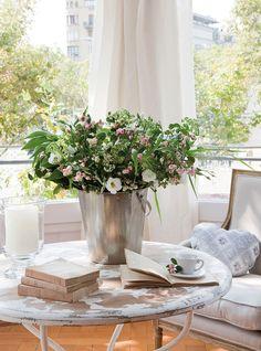 En un cubo de zinc  El arreglo floral es de lisianto, eupatorio, flor silvestre de color blanco, y un trío de verdes: avena (panicum), coccu...
