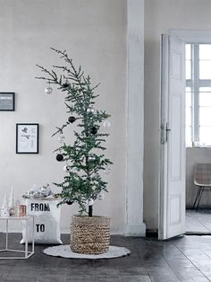Weihnachtsbaumdecke Merry Christmas grau wei& One Size Charlie Brown Christmas Tree, Christmas Mood, Noel Christmas, Modern Christmas, Scandinavian Christmas, All Things Christmas, Simple Christmas, Christmas Crafts, Minimalist Christmas Tree