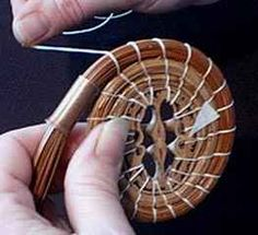 Position thread over the coil Pine Needle Crafts, Pine Cone Crafts, Diy Home Crafts, Handmade Crafts, Handmade Headbands, Handmade Rugs, Rope Basket, Basket Weaving, Native American Baskets