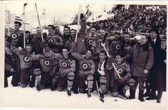 Les Flyers de l'ARC célèbrent leur médaille d'or, remportée contre la Suisse sur la patinoire extérieure des installations olympiques de St. Moritz en 1948.