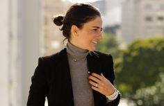 Look da Alice Ferraz com a tendência Tailoring – calca e casaco preto, malha cinza de gola alta