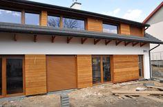 Biała elewacja, drewno (lub imitacja) + szara, prosta dachówka - okna podłużne, trochę przypomina nasze wizualizacje.