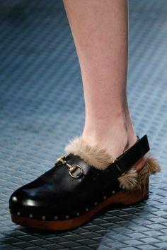 Clogs GucciDalla collezione autunno inverno 2015 2016 di scarpe Gucci, clogs con borchie.