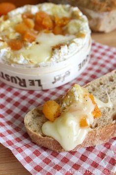 Camembert rôti aux abricots secs et au miel