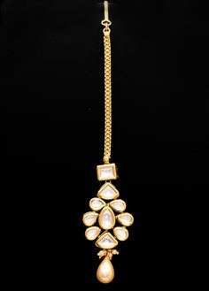 Golden colored mangtika enhanced with kundan, along with pearl drop at the edge that beautifies the look. Tika Jewelry, Ethnic Jewelry, Indian Jewelry, Golden Color, Fashion Jewellery, Toe Rings, Jewelries, Anklets, Ufc
