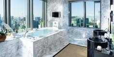 Presidential Suite Mandarin Oriental, Tokyo: dit hotel kiest voor Italiaanse douches, Duits marmer en Britse badproducten van Aromatherapy Associates. De spacultuur is er geïnspireerd op de Zweedse lichaamstherapie.