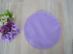Скоро 8 Марта, и многие все еще думают над подарком своим близким и родным. Предлагаю вам мастер-класс по пошиву игольницы, уверена, что многим она придется по душе :) Итак, необходимые материалы: круг любого диаметра (у меня 13 см), ткань хлопок (можно плотный лен), синтепон (синтепух), палочка для набивки (палочка для суши), нитки прочные (у меня канцелярские нитки), нитки, иголка (кукольная и…