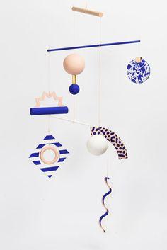 Art Mobile(s)' - by Paris se quema - Inspired by Bauhaus & Memphis art movements____ Mobiles Art, Mobiles For Kids, Memphis Art, Memphis Design, Art Diy, Kinetic Art, Hanging Mobile, Photocollage, Blog Deco