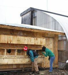 At Vermont's Green Mountain College, students designed and built a chicken coop that helps heat the college farm& greenhouse. Heating A Greenhouse, Greenhouse Gardening, Greenhouse Ideas, Cheap Greenhouse, Building A Chicken Coop, Mini Farm, Aquaponics System, Aquaponics Plants, Hobby Farms