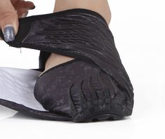 Description Furoshiki Shoes is the first multi-size wrap-around sole that adapts perfectly to the foot. Special ergonomic bands adhere to the ankle, ensuring ma