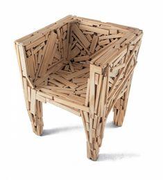 Favela Chair, 1991, fauteuil créé à partir de bouts de bois recyclés, par Humberto et Fernando Campana. Fabriqué par Edra depuis 2003.