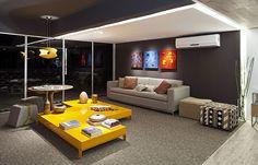 Ambiente moderno em tons de cinza e mesa de centro amarela. (Pinterest Cômodos Amarelos)