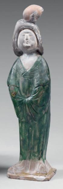"""CHINE - Epoque TANG (618-907) Statuette de """"fat lady"""" en terre cuite émaillée verte. (Restauration à la tête et la base). Hauteur: 36 cm"""