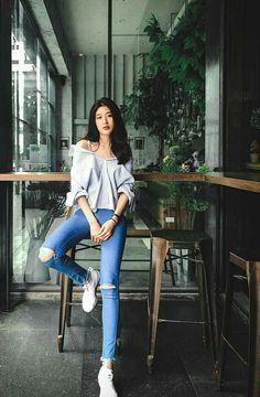 Kpop Fashion Outfits, Fashion Poses, Korean Outfits, Studio Photography Poses, Photography Poses Women, Korean Girl Fashion, Korean Fashion Trends, Ootd Poses, Best Photo Poses