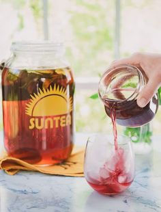 Sun Tea is a great way to let the summer sunshine make you a delicious beverage! Make this easy Sun Tea and add a little sweetness with a Blackberry Syrup Blackberry Syrup, Strawberry Syrup, Summer Drinks, Fun Drinks, Cold Drinks, Beverages, Margarita Recipes, Smoothie Recipes, Drink Recipes