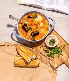 Bouillabaisse au poisson et fruits de mer   Recettes d'ici La Bouillabaisse, Fish Soup, New Year's Food, Fish And Seafood, Thai Red Curry, Soup Recipes, Ethnic Recipes, Summer, Soups