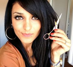 Pour pouvoir couper ses fourches facilement sans aller chez le coiffure et ne couper qu'un centimètre voici la technique:  Mettez une serviette sur vos genoux; une pince et prenez des ciseaux de coiffure. Réalisez une raie … Homemade Beauty, Hairstyles Haircuts, Hair Makeup, My Hair, Hair Cuts, Hair Beauty, Make Up, Hoop Earrings, Hair Styles