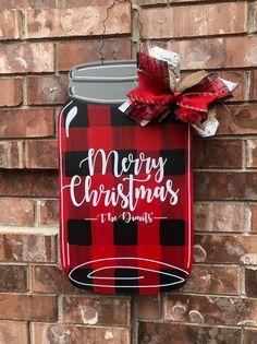 Mason Jar Crafts – How To Chalk Paint Your Mason Jars - Unfurth Plaid Christmas, Rustic Christmas, Christmas Signs, Christmas Projects, Holiday Crafts, Christmas Time, Christmas Wreaths, Christmas Decorations, Christmas Ornaments