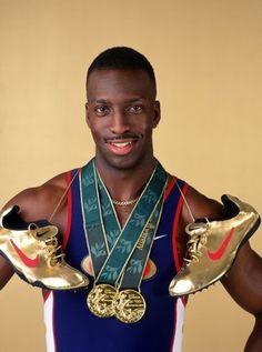 tleta estadounidense especialista en las pruebas de 200 y 400 metros. Ganó cinco medallas de oro olímpicas y posee la plusmarca mundial de 400 metros con 43,18. Apodado el Expreso de waco.  En los Juegos Olímpicos de Atlanta fue la gran estrella del atletismo, al convertirse en el primer hombre en ganar los 200 y los 400 m en unos Juegos. En los 400 m venció con autoridad y con un gran tiempo de 43,49, el mejor de año.