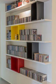 הכניסו צבע לחיים: עיצוב דירה משפחתית בגבעתיים | בניין ודיור ספרייה עם קוביות עץ צבעוניות.