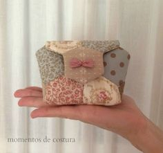 Tutorial pequeño bolso hexágonos - Spiritual Tutorial and Ideas Quilted Purse Patterns, Patchwork Bags, Quilted Bag, Sewing Patterns, Patchwork Hexagonal, Hexagon Quilt, Fabric Crafts, Sewing Crafts, Sewing Projects